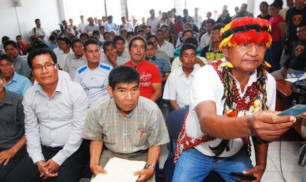 Santiago Manuin (segundo de derecha a izquierda) y otros líderes awajún durante el juicio por el conflicto en Bagua. Foto: CAAAP.