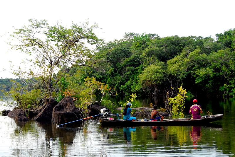 Para muchos pueblos indígenas de la Amazonía se necesita viajar más de 24 horas en una canoa motorizada para llegar al hospital más cercano. Foto: Mauricio Torres / Mongabay.