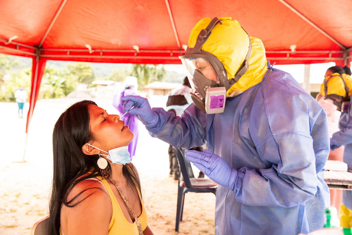 Miembro de una brigada realiza una prueba COVID-19 a la líder waorani Nemonte Nenquimo. Shell, Pastaza. Foto: Mitch Anderson / Amazon Frontlines.