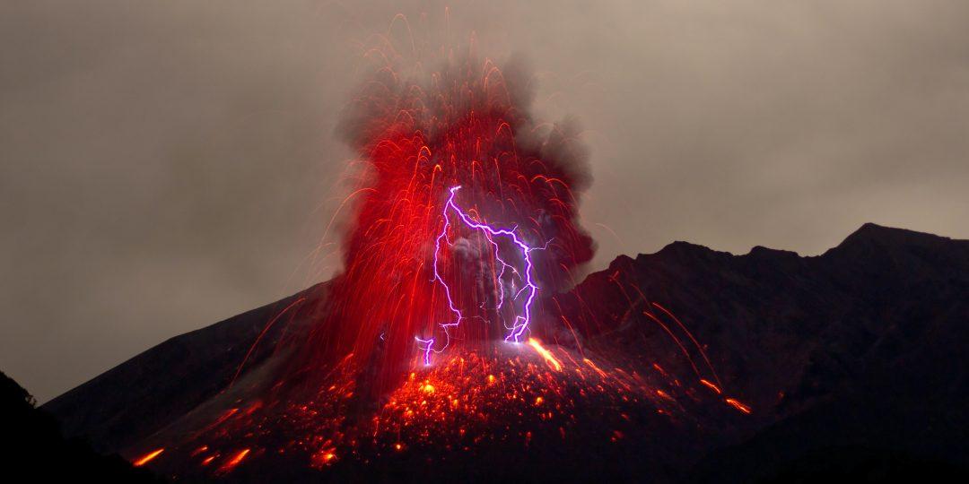 Imagen del volcán Sakurajima en Japón, donde rayos ocurren al mismo tiempo de una erupción