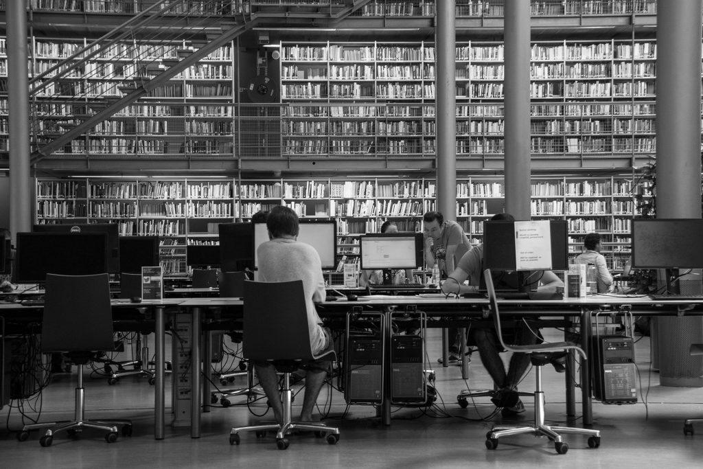 Biblioteca de la Universidad de Tecnología de Delft, en los Países Bajos. Por Frits de Jong de Pixabay