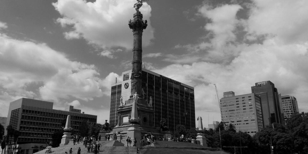 imagen en blanco y negro del Ángel de la Independencia en Ciudad de México